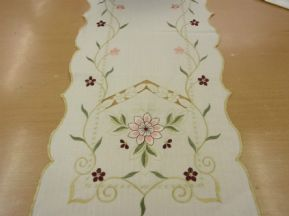 SILK EMBROIDERED FLOWERS LINEN MIX SCALLOP EDGE TABLE RUNNER £5.17 FREE POSTAGE